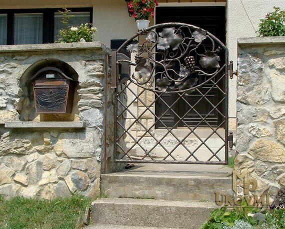 Gorgeous Iron and Wooden Garden Gate Decoration Ideas